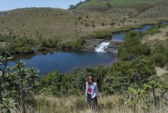 Härligt europeiskt flickaanseende nära dammet på kullen royaltyfria foton