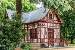 Härligt europeiskt hus i mitt av en gullig trädgård arkivfoto