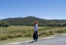 Härligt europeiskt kvinnaanseende på vägen på Horton'sens slättnationalparken arkivbild
