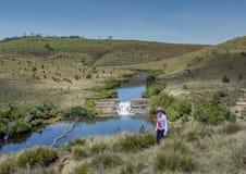 Härligt europeiskt turist- flickaanseende nära dammet fotografering för bildbyråer