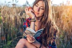 Härligt fält för flickastudent I hans handäpple Nya idéer för begrepp, utomhus, sommar i natur I handanteckningsbok länge Arkivbilder
