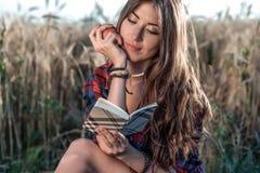 Härligt fält för flickastudent I hans handäpple Nya idéer för begrepp, utomhus, sommar i natur I handanteckningsbok länge Royaltyfria Foton