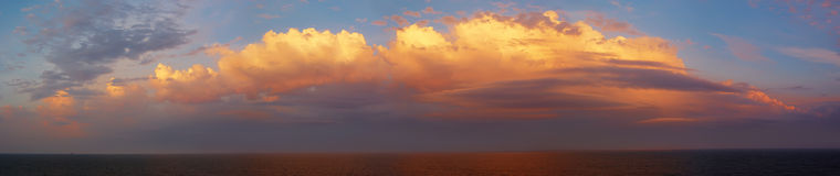 härligt färgrikt hav över skysoluppgång Royaltyfria Foton