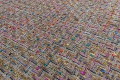 Härligt färgrikt tyg med förgylld textiltexturbakgrund arkivbilder