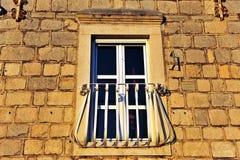 Härligt fönster i gammalt hus Arkivbild