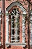 Härligt fönster med den dekorativa skyddsgallret arkivbilder