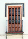 Härligt fönster med slutare och liten balkong i Dos Hermanos royaltyfria foton