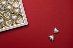 Härligt förälskelsebegrepp för valentindag Den öppnade söta asken med chokladhjärta formade sötsaker inom Arkivbilder