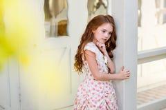 härligt för flicka barn utomhus royaltyfria bilder