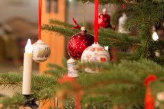 Härligt för julgran som dekoreras med jul, klumpa ihop sig och stearinljus Arkivbilder