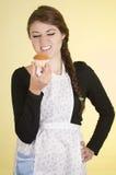 Härligt för kockkock för ung kvinna bära för bagare Royaltyfri Bild
