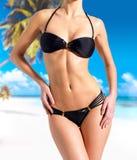 Härligt förkroppsliga av kvinna i bikini på stranden Royaltyfri Foto