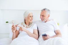 Härligt förtjusande, snyggt, mormor, grått hår p för farfar arkivfoton