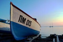 Härligt fartyg på stranden Arkivfoto