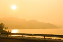 Härligt flammande solnedgånglandskap Arkivfoto