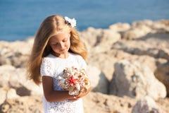 Härligt flickaanseende på den steniga kusten Arkivbild