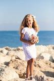 Härligt flickaanseende på den steniga kusten Royaltyfri Fotografi