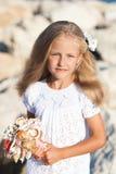 Härligt flickaanseende på den steniga kusten Arkivbilder