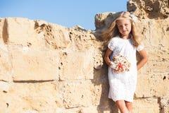 Härligt flickaanseende på den steniga väggen Arkivfoton