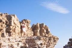 Härligt flickaanseende på den steniga väggen Arkivbilder