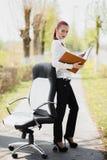 Härligt flickaanseende på stolen Arkivbild