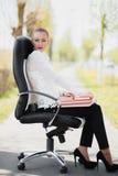 Härligt flickaanseende på stolen Arkivfoto