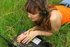 härligt flickabärbar datorbarn Royaltyfri Bild