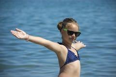 Härligt flickaleende med lyftta händer, kvinna på strandsommarsemester begrepp av frihetsloppet Arkivbilder