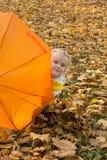 Härligt flickanederlag under ett paraply Fotografering för Bildbyråer