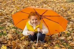 Härligt flickanederlag under ett paraply Royaltyfria Foton