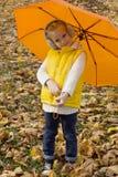 Härligt flickanederlag under ett paraply Royaltyfri Bild