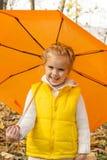 Härligt flickanederlag under ett paraply Arkivfoton