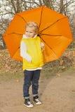 Härligt flickanederlag under ett paraply Royaltyfria Bilder