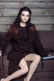 Härligt flickasammanträde på en soffa i ett landshus Arkivbilder