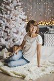 Härligt flickasammanträde på mattan nära julgranen 720 Fotografering för Bildbyråer