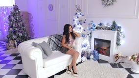 Härligt flickasammanträde på soffan nära julgranen lager videofilmer