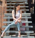 Härligt flickasammanträde på trappan royaltyfria bilder
