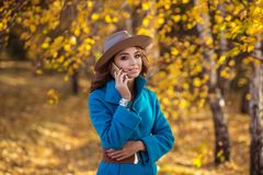 härligt flickatelefonsamtal royaltyfria foton
