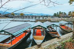 Härligt floden och fartyget i Arashiyama Kyoto Japan i höstsäsong royaltyfria bilder