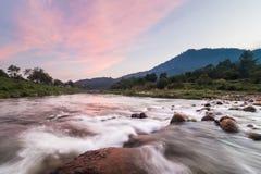 Härligt flodlandskap Arkivfoto