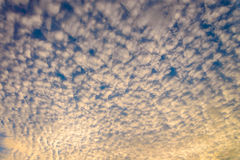 härligt fluffigt av molnet & x28; Cumulus& x29; med solnedgånghimmel & x28; gul lig arkivfoto