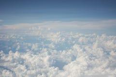 Härligt flyg- över huvudet skott av vita moln i den blåa himlen royaltyfri bild
