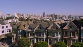 Härligt flyg- surrflyg över hemtrevliga hus i panorama för San Francisco i stadens centrum områdescityscape stock video
