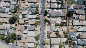 Härligt flyg- surrflygparadskott av det bostads- kvarterområdet för amerikansk förort, fridsam grannskap på en solig dag stock video