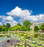 härligt formellt trädgårds- offentligt parkdamm Royaltyfria Foton