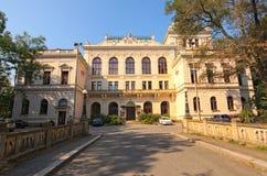 Härligt forntida hus i parkera I dag är det mitten av kultur Det har namn-huset Smetana Litomysl arkivfoton