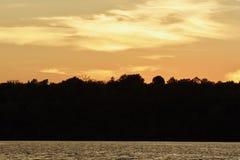 Härligt foto av en fantastisk solnedgång på en sjö Royaltyfri Foto