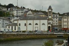 Härligt foto av kyrkan i porten av Luarca fotografering för bildbyråer