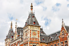 Härligt fragment av en byggnad i den Amsterdam centralstationen Arkivbilder