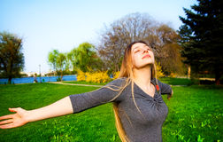härligt fritt lyckligt utomhus- kvinnabarn royaltyfri bild